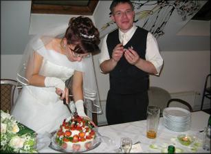 Tady už se dortík porcuje, manžel uždibuje. :-)