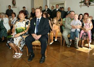Rodiče ženicha a další svatebčané.