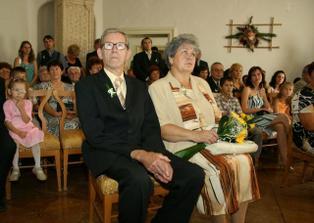 Rodiče nevěsty a další svatebčané.
