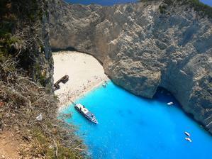 Pláž Navagio - přímo na pláž se dostanete pouze lodí, ale musíte počítat se strašným návalem turistů:)
