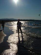 Pohled na večerní pláž v Tsilivi