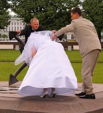 Sakriš, co to tam ta nevěsta dělá...