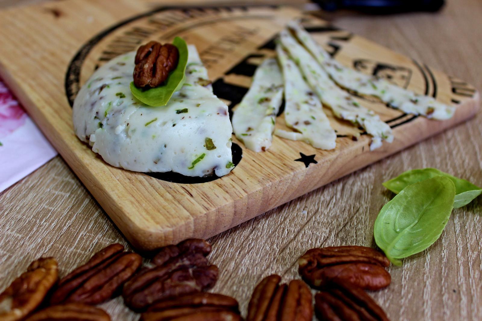 Další kuchařská meta je pokořená - u nás doma už se vyrábí i sýr. Recept je na blogu a musím říct, že ta chuť je vážně skvělá a vůbec to není nic pracného:) https://slaskouapacheee.blogspot.cz/2017/10/luxusne-dobry-domaci-syr-s-pekanovymi.html - Obrázek č. 1