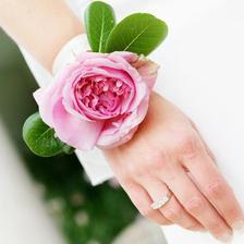 pro družičky určitě nějaký květinový šperk