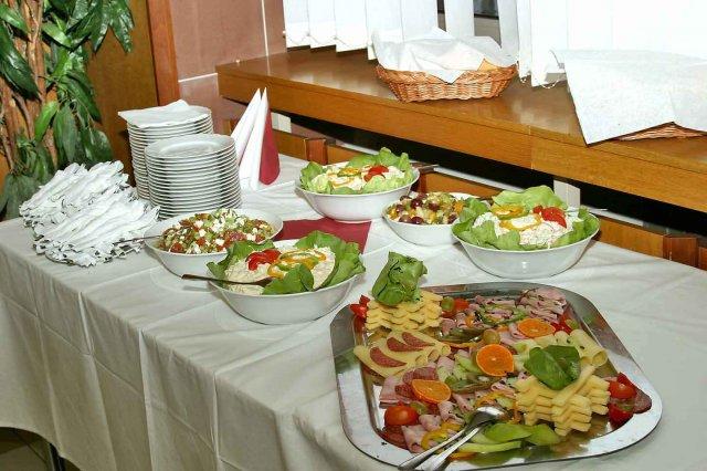 Miestnost - studene misy, okrem nich boli aj bravcove rezne a grilovane kuracie stehna a este aj salaty...