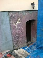 úplný začiatok prác. Vľavo sú už káklady čo sú betónové zateplené 8cm styrodurom. Na to pôjde obklad.