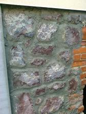 Hrubá robota. Potom po zavädnutí vyhladenie špár a prispôsobenie kameňu, aby tam neboli žiadne trhlinky a nepekné výstupky.