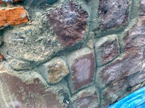 jeden kameň očistený aj od farby. Kukal na mńa pekný pieskovec