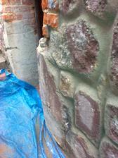 detail podbetónovania, neskôr to bude urobené ako kameň na nerozpoznanie od kameňa.