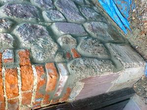 Tu je vidno detail podmurovania niekedy v 60-tych rokoch. Zrejme tehla nasala vhlkosť a už bola natoľko rozpadnutá, že ju museli vymlátiť. Beton som opracoval tak aby sa podobal kameňom. Voľným pohľadom sa to nedá rozoznať.