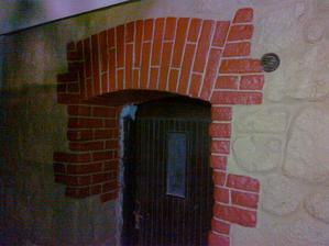 detail vstupu do pivnice. Vyšpárané, namaľované a ukončené :-)