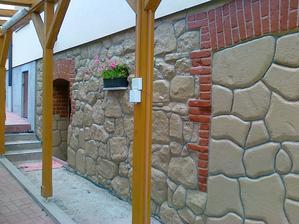 """hotovo. Tu je pekne vidieť tie základy čo boli pri vchode do pivnice čo boli z betónu tak sú """"kamenné"""""""