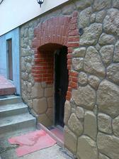 betónové základy pod tehlami sú už kamenné :-)