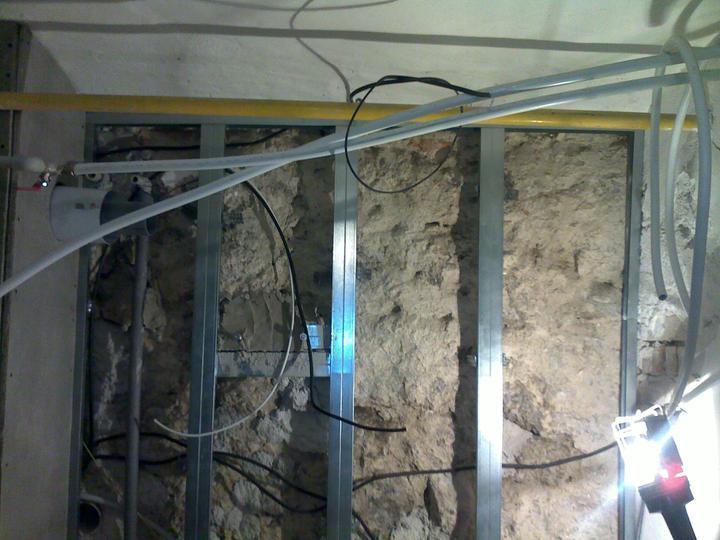 Konštrukcia na kameni. diery v kameni sú spevnené novou maltou