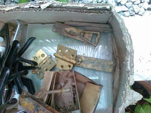 neošetrené kovania a mosadzné klinčeky