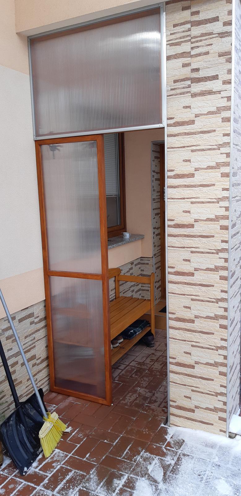 Využitie starých madiel z panelákovych domov - Pribudla ešte jedna odkladacia stienka aby nefukal sneh na topánky do lavičky