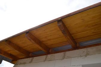 už aj strecha sa začína podobat