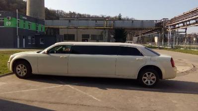 Tak nakonec tato limuzína nebude, je rozbité okno, bude nejspíš stříbrné porsche nebo ještě uvidíme.