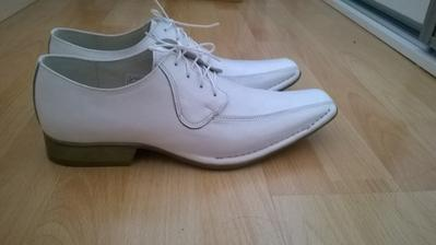 Ženichovy boty sehnány :)