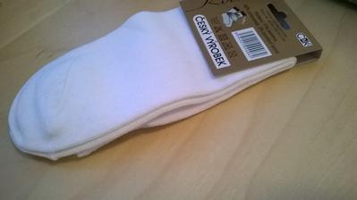 Sehnány pohodlné bílé ponožky, to byste nevěřily jaký je to problém :-D