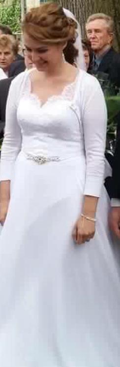 Svadobné šaty s čipkou a jemnou vlečkou - Obrázok č. 1