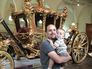 S tatinom pred korunovacnym kocom kralovnej Alzbety