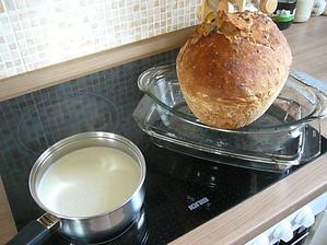 ráno nadojené mliečko a práve upečený chlebík