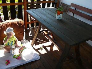 nový stol na teraske, z rozobraného starého suda a aj s prvým návštevníkom:-)