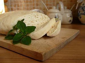 náš domáci kozí syr, už sa teším ako sa bude podávať na tých nových drevených tanierikoch...