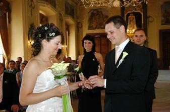 Navlékání prstýnku nevěstě