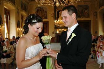 Navlékání prstýnku ženichovi