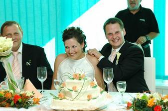 Nasazování bryndáku nevěstě