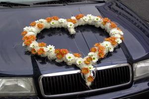kedže moja budúca švagriná je kvetinárka a má kvetinárstvo, všetko mi urobí zo živých kvetov, toto srdce bude na aute zo smotanových a žltých ruží... nádhera