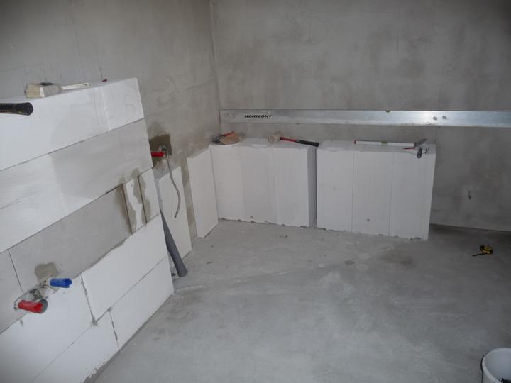Vybudovany murik na vanu a murik za umyvadla