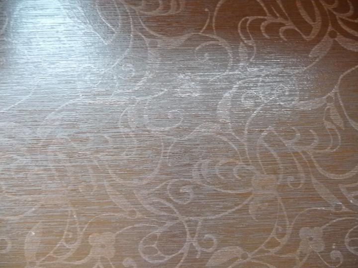 Detail inserta dlazby na chodbu a medziposchodie schodiska - fotka je dost osvietena..farba je taka tmavo hneda az cierna