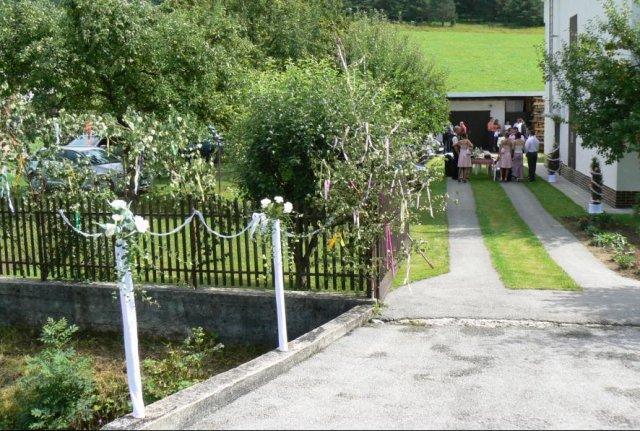 Detaily z nasej svadby - Vyzdoba stlpikov pred domom