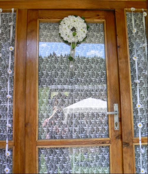 Detaily z nasej svadby - na dverach boli aj margaretky