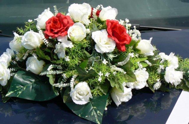 Detaily z nasej svadby - kytica na aute zenicha