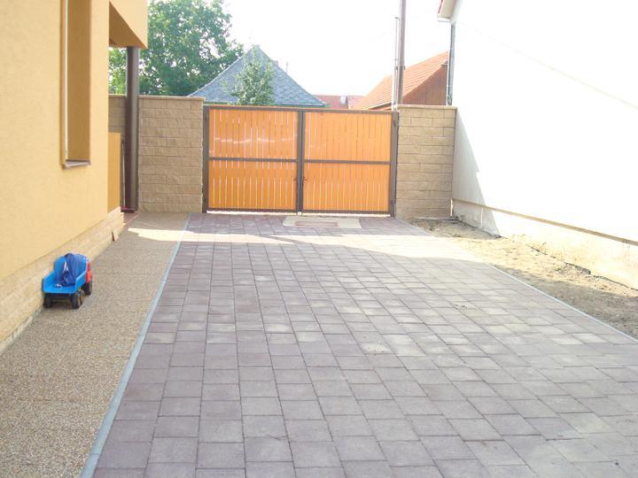 Krok 1 - zamkova dlazba a chodnik popri dome