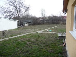 Zahrada PRED - v podstate este pred kupou ...ked sme ho ale preberali, bola trava vysoka 1,5 metra - hroooza