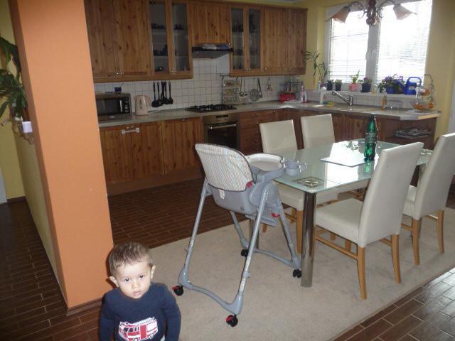TERAZ: Zatial sme vymenili len spotrebice a dali vlastny stol..... neskor pride cela nova kuchyna - vymenime miestnosti obyvacku za kuchynu