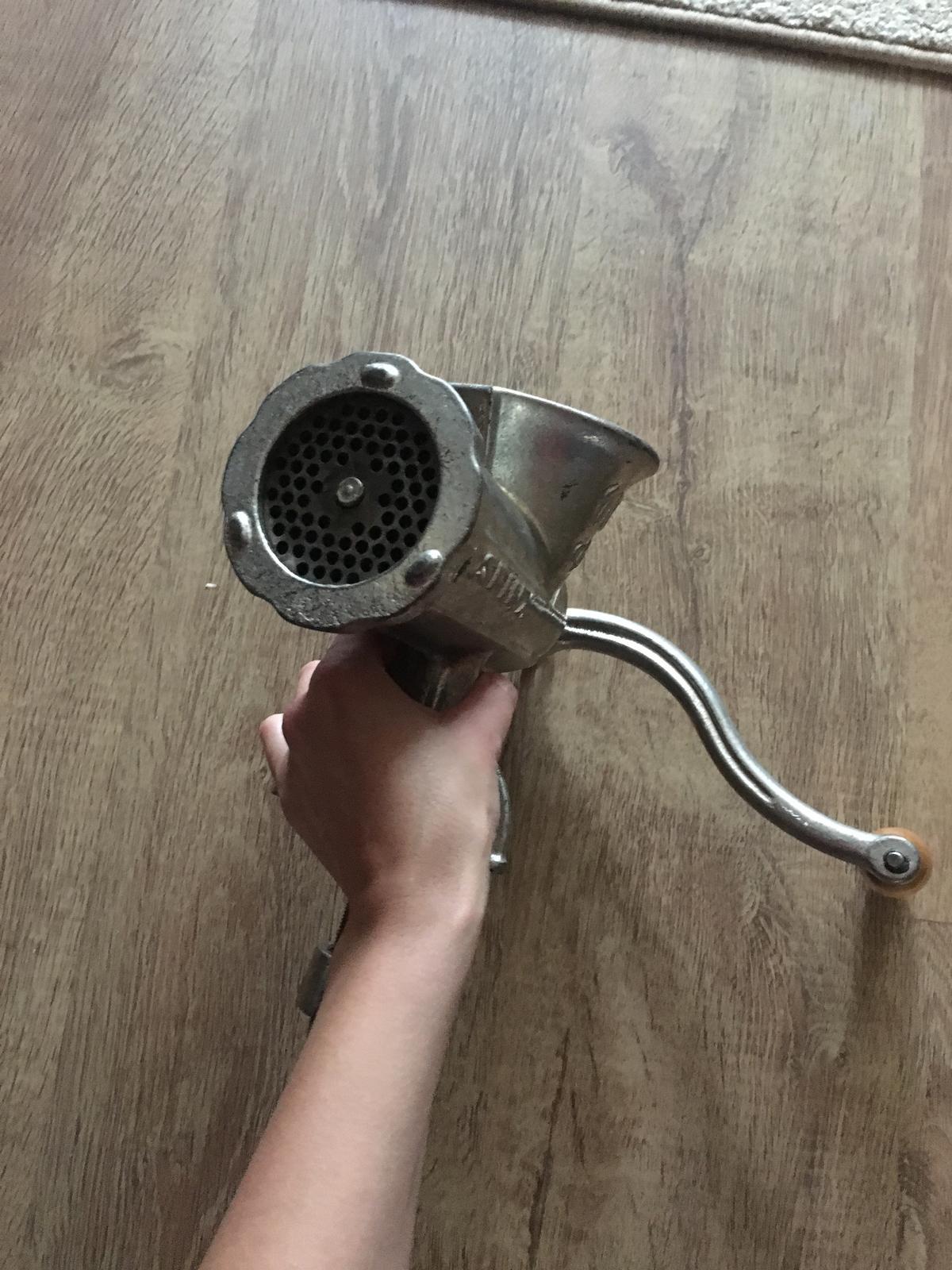 retro liatinový mlynček na mäso - Obrázok č. 1