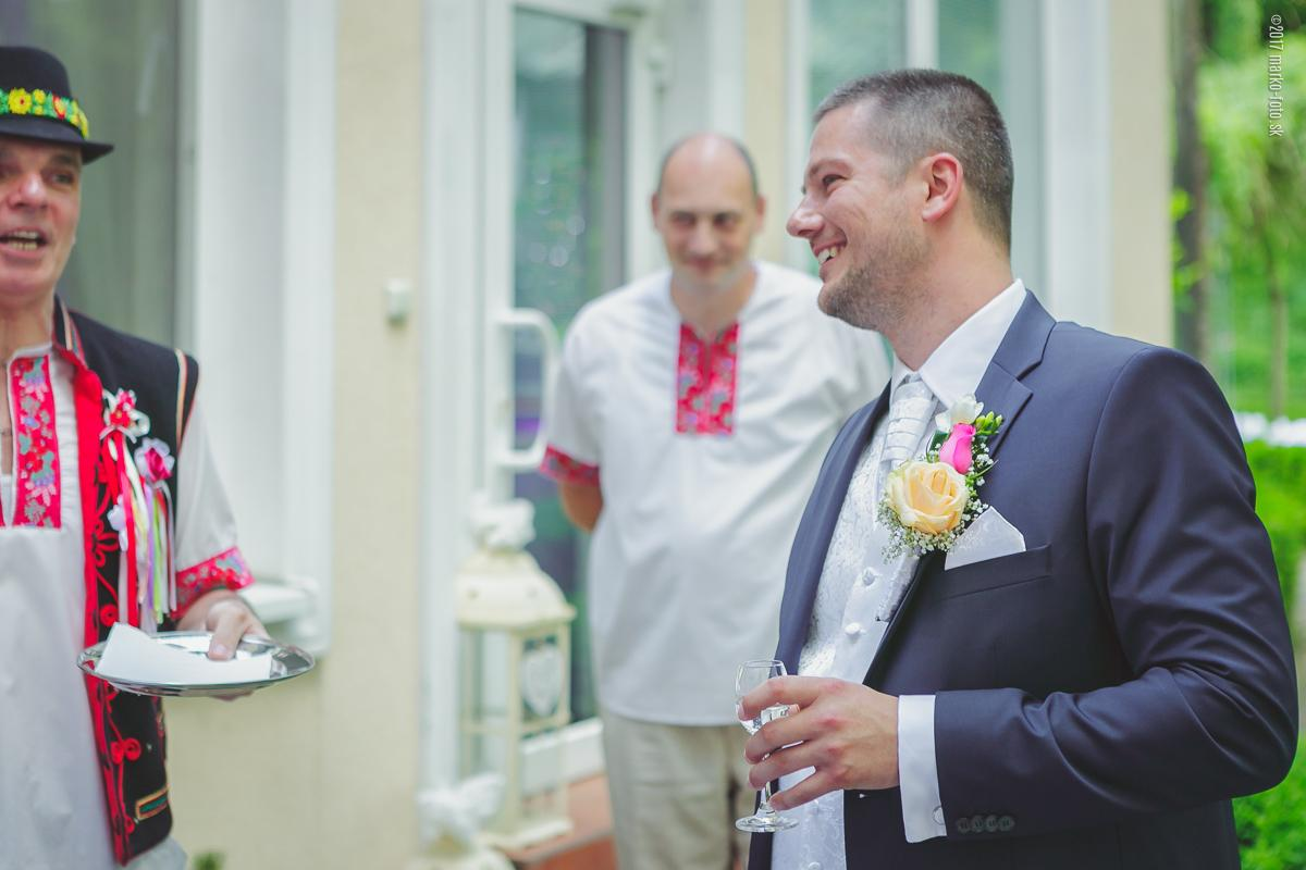 a19362ed5 Bola som veľmi spokojná aj ja, že sme sa rozhodli mať na svadbe starejšieho,  nakoľko jeho vtipné básničky pobavili všetkých hostí a bolo to veľmi  príjemné ...