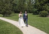 Jemné svatební šaty s krajkovým výstřihem , 38