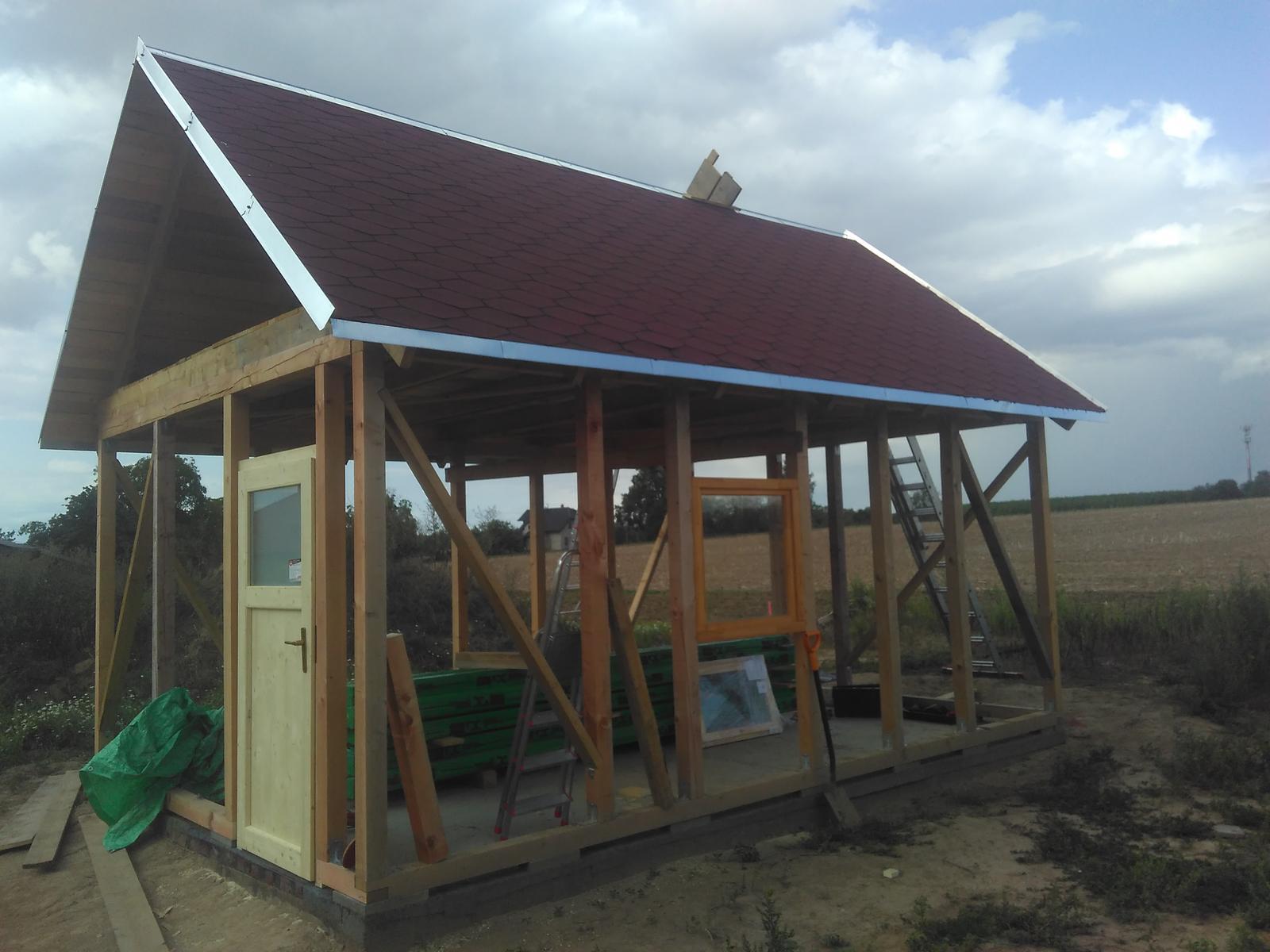 Zahradní domek - Střecha hotová - pojistná lepenka, šindel, oplechování, okapnice, hřebenáč.