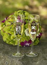 naše bláznivé svadobné poháre s kytičkou v pozadí