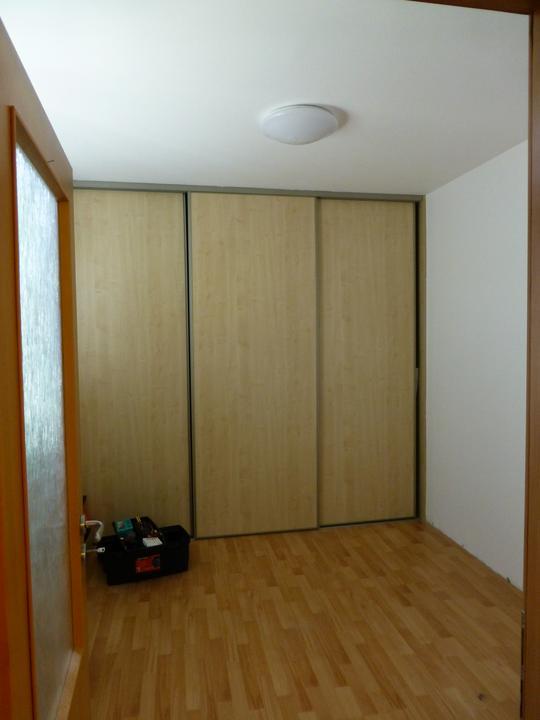 Spálňa bude - hnedá, biela, a trochu lososovej - PRED - momentalny stav. Dvere rolldoru sa budu predavat.