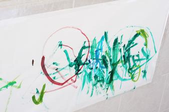 Moja takmer 2-rocna dcerka a jej prva malba :-D, myslim si ze jej to ide lepsie nez mne! :-DDD