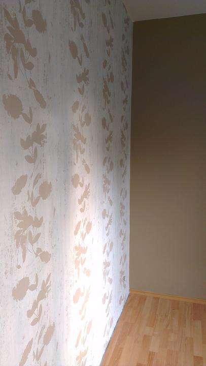 Spálňa bude - hnedá, biela, a trochu lososovej - vymalovane, a tapeta konecne po utrapach nalepena!