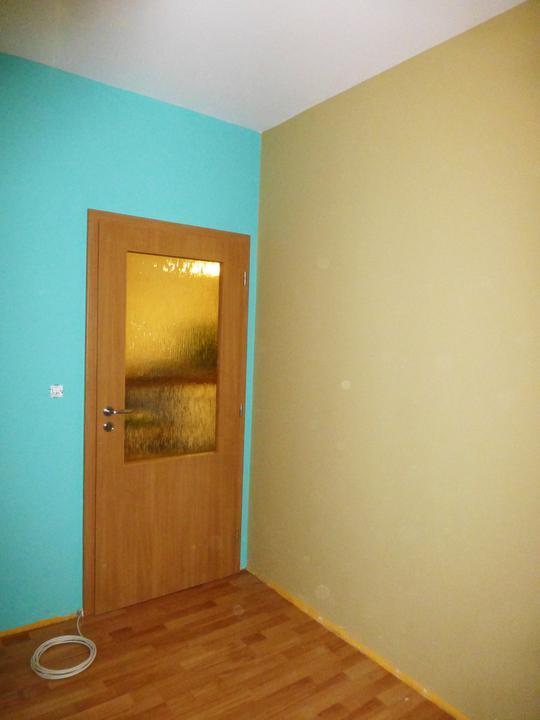 Napravo bezova stena ako piesok..... dvere pojdu prec bude to otvoreny prechod do kuchyne...